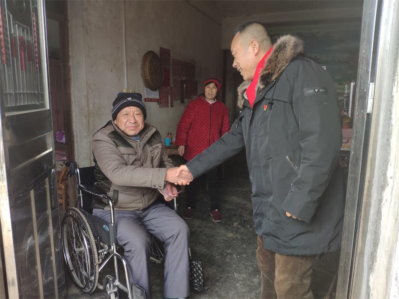 雪中送炭大爱无疆,多彩社会携手程力集团马旭东主管一起下乡扶贫送温暖