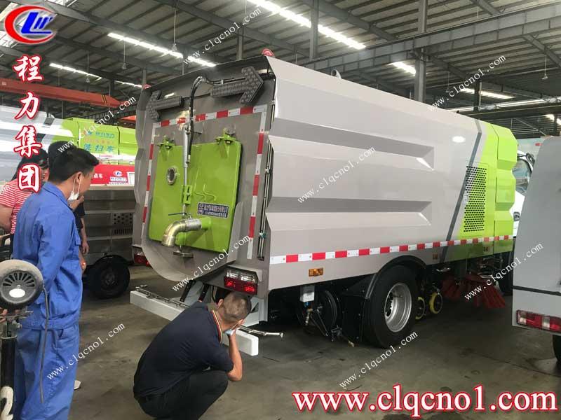 程力集团东风小多利卡洗扫车为武汉华夏理工大学服务