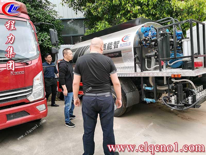湖北荆门黎总亲自驾车来程力集团考察清障车和沥青洒布车